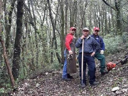 Gli operai curano le montagne, prevengono incendi e i disastri idrogeologici