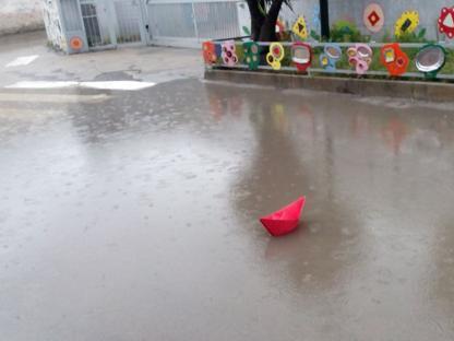 La barchetta galleggia nella pozza davanti alla scuola �Mameli�