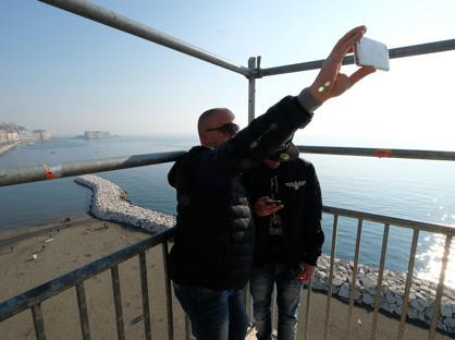 Ed è subito caccia al selfie panoramico