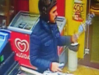 Alessio Mantineo ripreso dalla telecamera di una tabaccheria