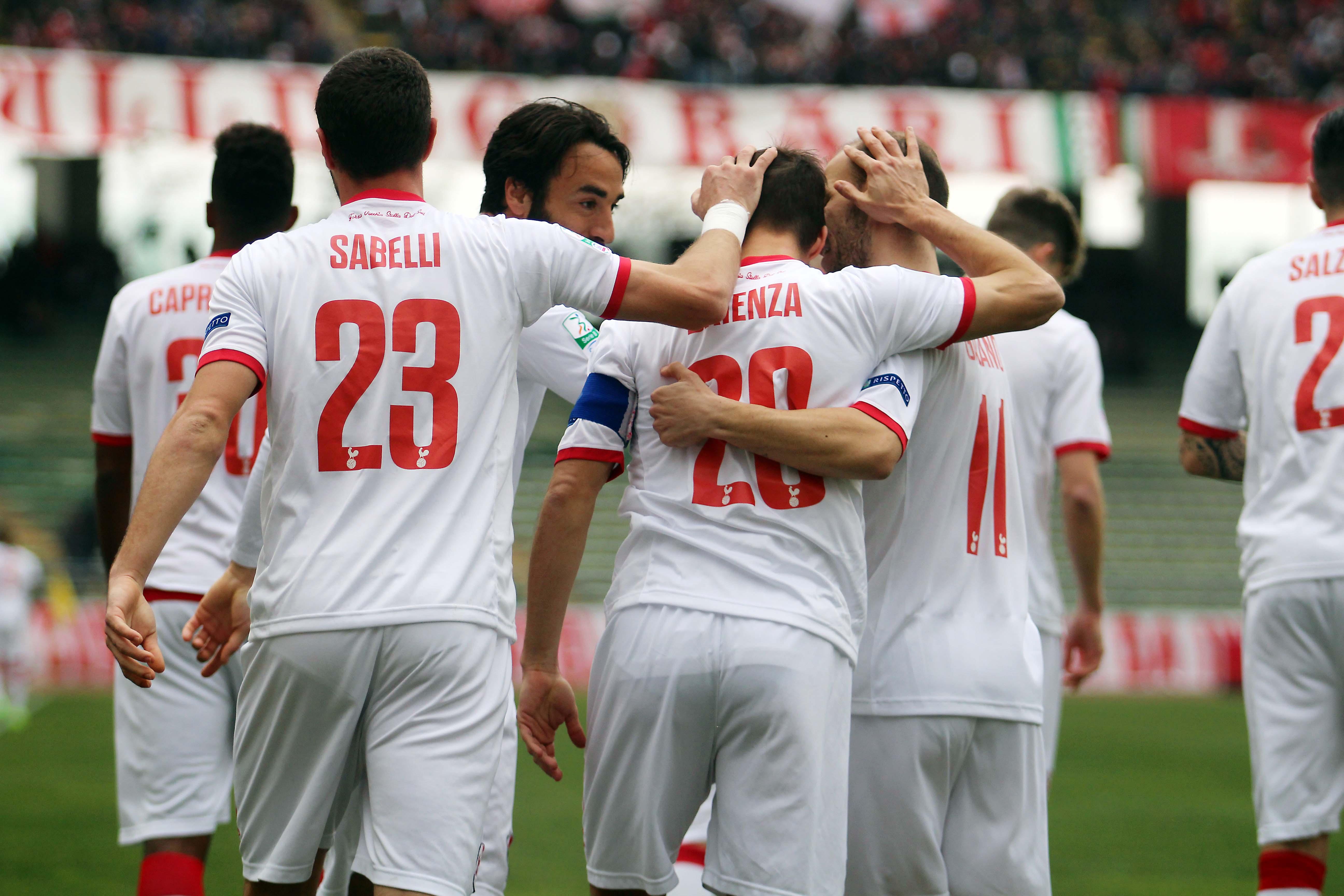 L'esultanza dei giocatori del Bari dopo il gol di Brienza