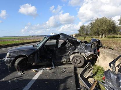 La vecchia Mercedes uscita completamente distrutta dall'incidente