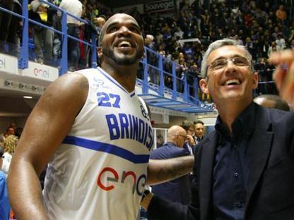 Samardo Samuels con il presidente della NBB Nando Marino