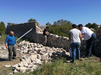 Si lavora alla ricostruzione del muretto a secco