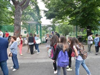 Gli studenti all'esterno della scuola