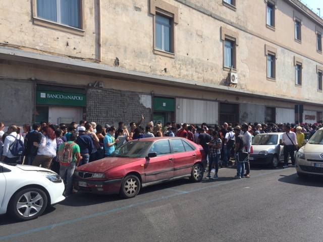 Napoli, cento metri di fila per i permessi di soggiorno ...