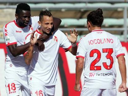 Cissé e Improta esultano con Iocolano dopo il 2-0