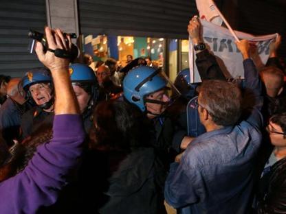 Momenti di tensione tra polizia e No Tap all'esterno dell'Arci