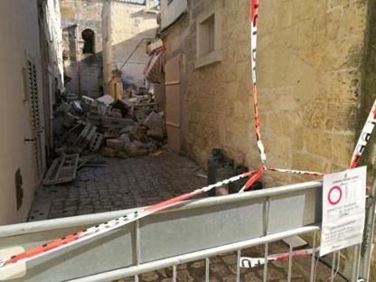 Transennata la via della palazzina crollata a Martano (foto Serino)