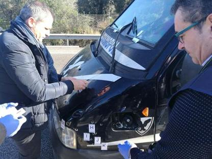 Il furgone preso di mira stamane dai rapinatori (foto Serino)
